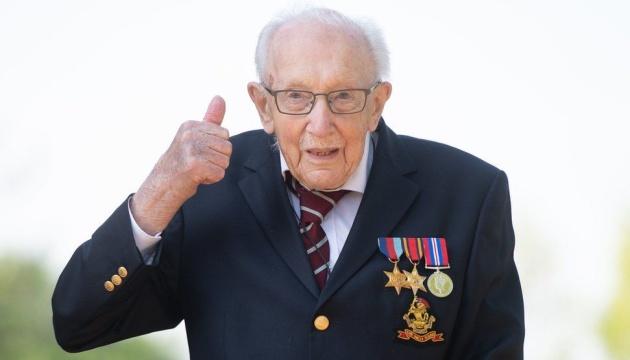 Британия простилась с ветераном, который собрал миллионы фунтов для врачей