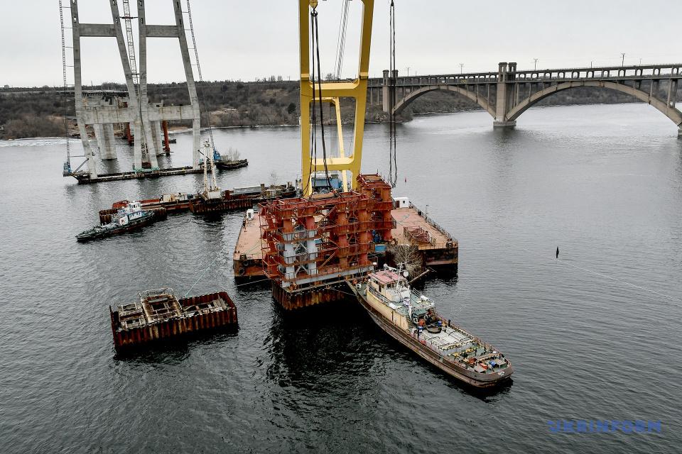 Una grúa flotante en Zaporiyia comienza a instalar soportes temporales de un puente atirantado / Foto: Dmytro Smolyenko, Ukrinform