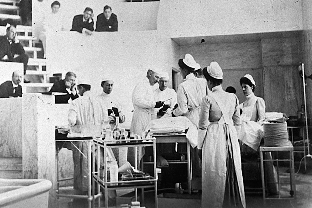 Вільям Холстед оперує в госпіталі Джонса Гопкінса / Фото  National Library of Medicine