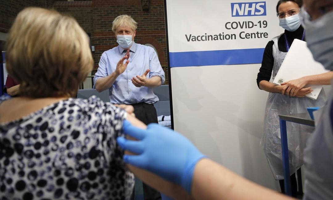 Борис Джонсон підтримав людей у центрі вакцинації
