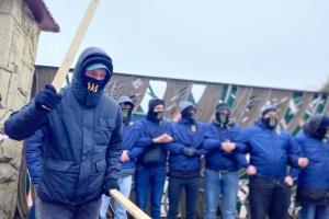 Нацкорпус пикетируют отель и завод на Львовщине - против бизнеса Козака и Медведчука