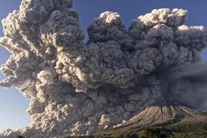 В Индонезии вулкан Синабунг выбросил столб пепла на 5 000 метров