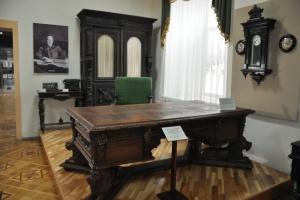У Вінниці музейники презентували відновлений стіл Петлюри