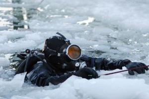В Запорожье двое детей провалились под лед, водолазы ищут мальчика