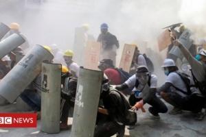 В Мьянме полиция снова разогнала протест «слезогоном» и светошумовыми гранатами