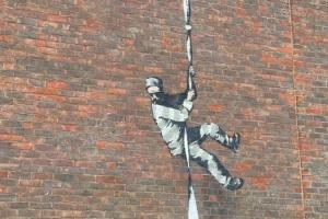 Бенксі показав процес створення нової роботи на стіні в'язниці