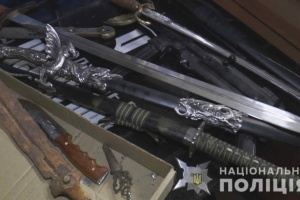 Поліція шукала наркотики у сумському кафе, а знайшла зброю