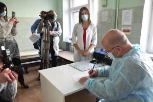 У Запоріжжі публічно вакцинувались чиновники - у приклад іншим
