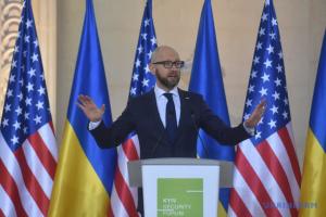 Яценюк: Українській армії потрібна летальна зброя, щоб зупинити Путіна і захистити Європу