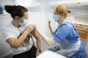 Молодь Британії заохочуватимуть до COVID-вакцинації знижками на таксі та їжу