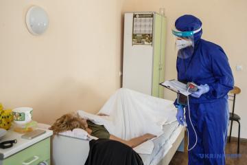Krankenhäuser in Iwano-Frankiwsk mit Corona-Patienten überfüllt, Menschen liegen auf Fluren