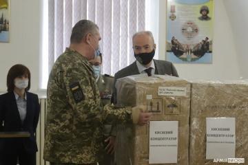 Посол Франції передав ЗСУ три кисневих концентратори, які використають на передовій