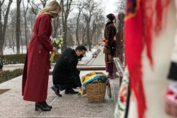 ゼレンシキー大統領夫妻、タラス・シェウチェンコ像に献花