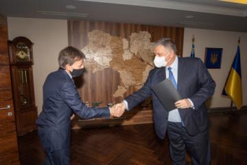 El ministro Avakov y el Embajador de Italia tratan la intensificación de la cooperación de inversión
