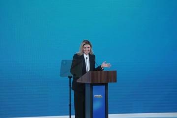 ゼレンシカ大統領夫人、訪日時に着た「スキャンダルな」黄色いドレスが小児がん患者を救った話を披露