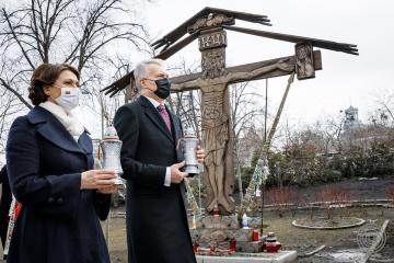 リトアニア大統領、マイダン革命犠牲者追悼碑を訪問