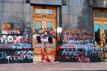 活動家解放求め大統領府前で抗議 建物に落書き、扉を破壊 警察捜査へ