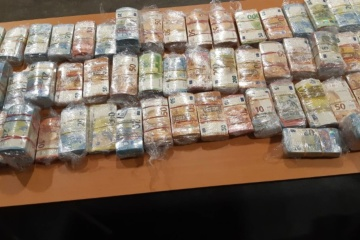 Dutch police arrest Ukrainian with almost EUR 3M in his car