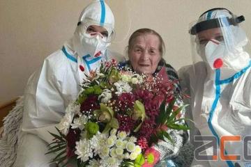 ウクライナの100歳の女性、コロナ感染から快復