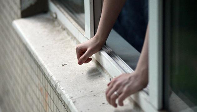 У Чернігові підліток випав з вікна восьмого поверху та вижив