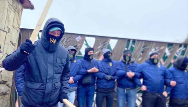 Нацкорпус пікетує готель і завод на Львівщині – проти бізнесу Козака і Медведчука