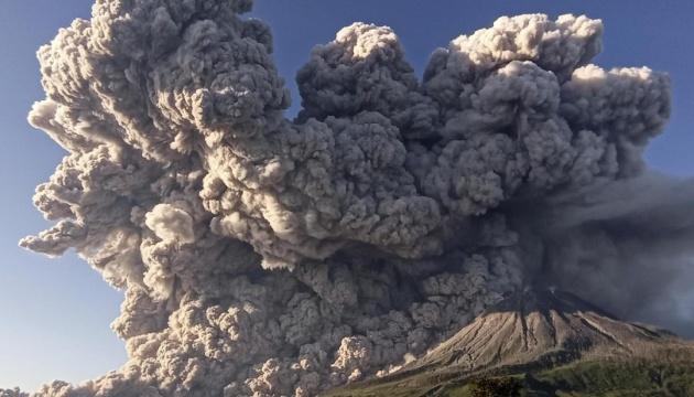 Вулкан Синабунг в Індонезії викинув стовп диму і попелу на тисячу метрів