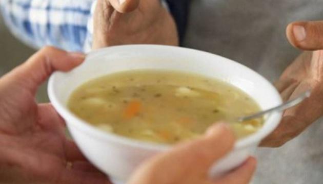 У райцентрі на Чернігівщині діаспора годує самотніх людей