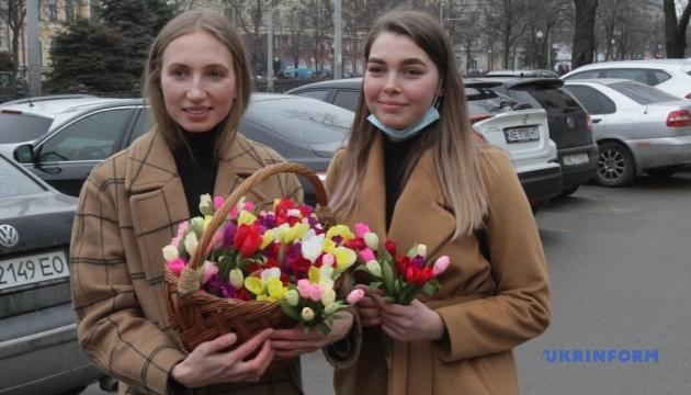 В Днипре дети раздавали бумажные цветы, чтобы сохранить первоцветы