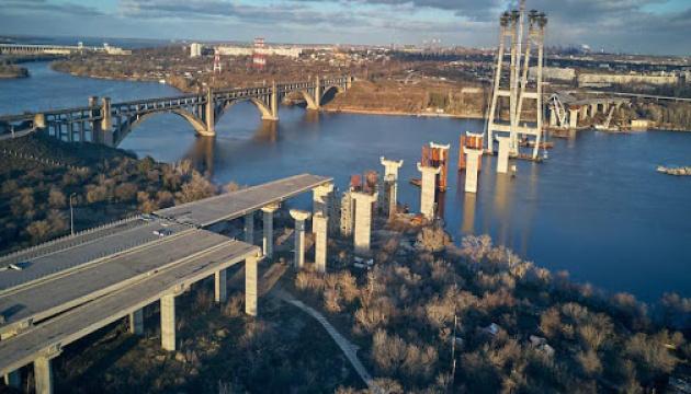 Будівельні роботи на запорізьких мостах тривають цілодобово