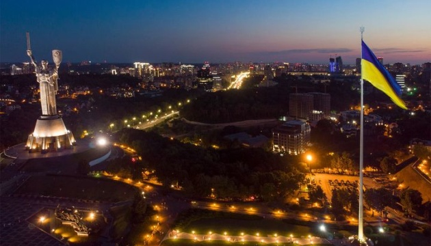 Главный флаг Украины приспустили из-за ветра