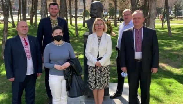 У Північній Македонії до пам'ятника Шевченка поклали квіти