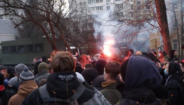 Дело Шеремета: активисты блокировали авто с Антоненко и жгли файеры