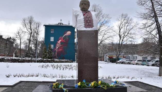 У Краматорську погруддя Шевченка вдягли у вишиванку