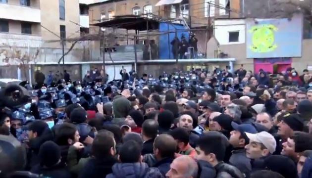 У Вірменії протестувальники оточили будівлю парламенту