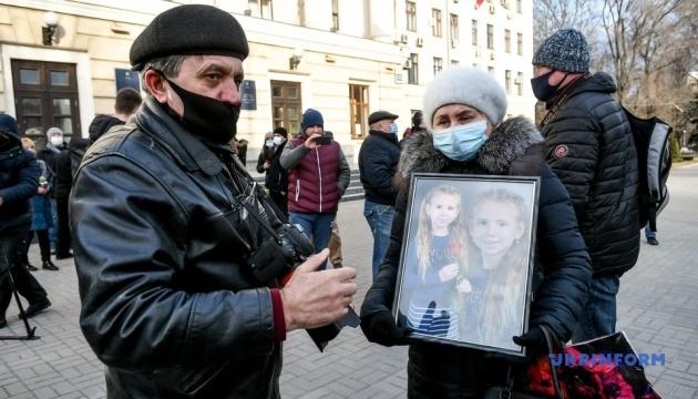 Рідні дівчинки, яка загинула в парку Запоріжжя, зібрали мітинг під міськрадою
