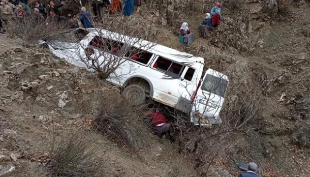 У Туреччині шкільний автобус зірвався зі скелі, є загиблі та поранені