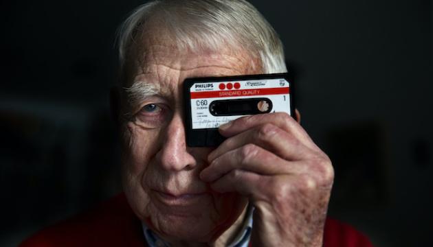В Нидерландах ушел из жизни изобретатель аудиокассеты Лу Оттенс