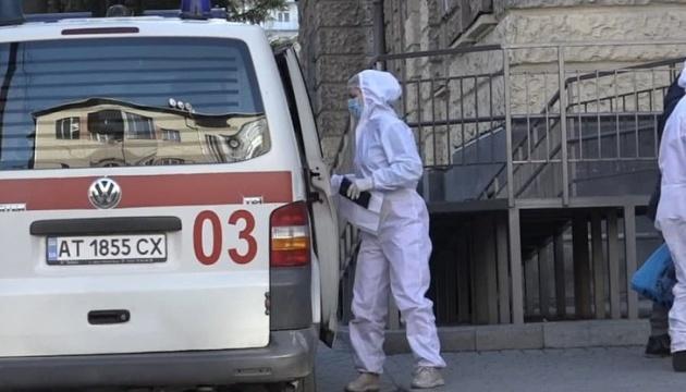 У Франківську важкі хворі по дві години чекають під COVID-лікарнею