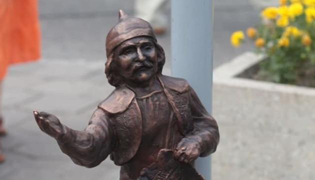 У Луцьку затримали викрадачів бронзової мініскульптури кликуна
