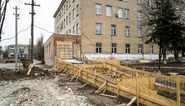 Велике будівництво: у Покровську реконструюють приймальне відділення лікарні
