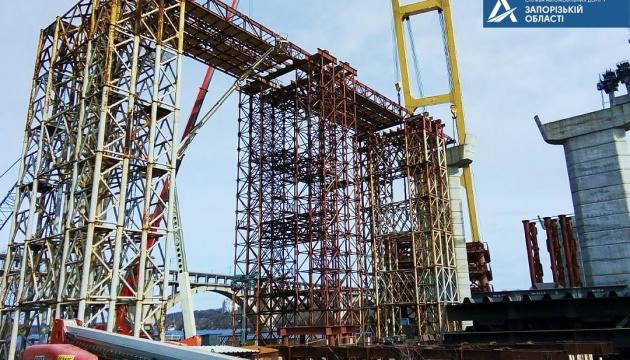 У Запоріжжі вперше в Україні металеві конструкції мосту транспортують річкою