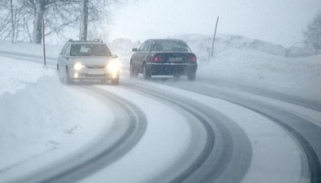 Закарпаття засипає снігом, дорожники працюють у посиленому режимі