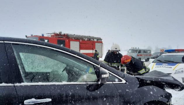 На Хмельниччині рейсовий автобус зіткнувся легковиком, семеро травмованих