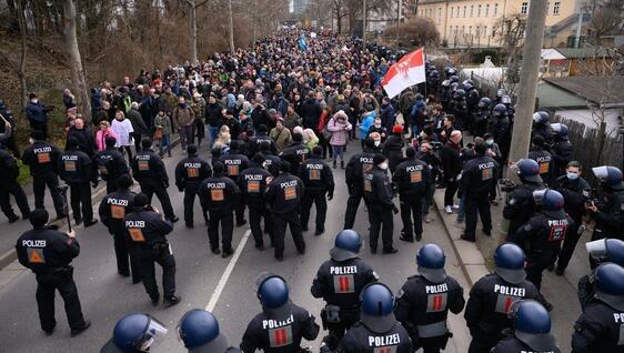 «Карантинні» протести у Німеччині закінчилися сутичками з поліцією – є поранені