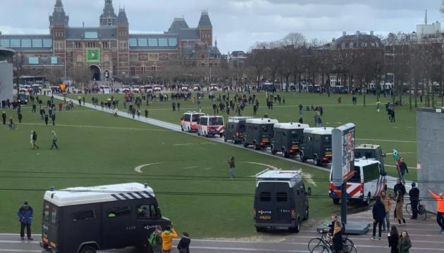 Водомети vs люди без масок: у Нідерландах поліція розігнала «карантинний» мітинг