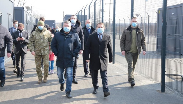 Чернишов перевірив роботу сервісної зони поряд з КПВВ «Щастя»