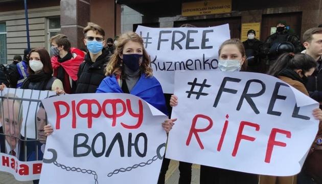 Антоненко не привезли из СИЗО, под судом его уже ждут с плакатами