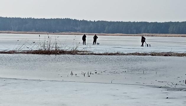 На Київщині врятували шістьох рибалок з відколотої крижини