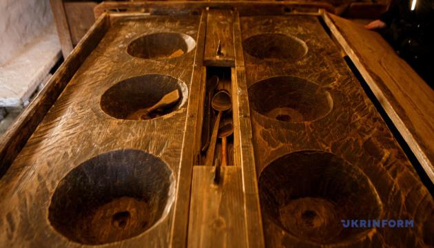 Три кола навколо архаїчного гуцульського стола