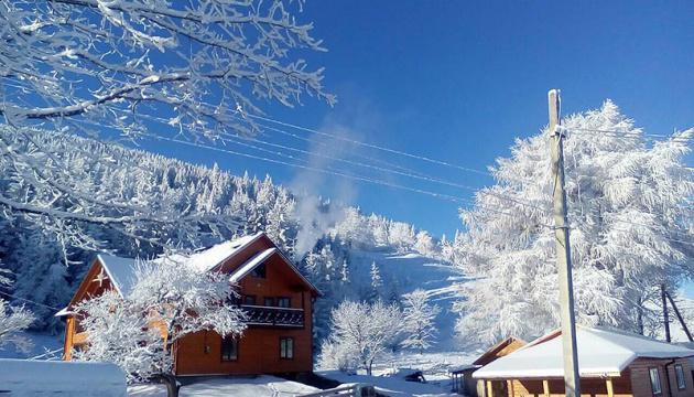 В Карпатах снегопады засыпали проезды в высокогорные села